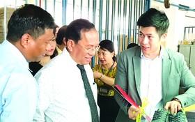 張傳發經理(右)向緬甸代表團介紹平新鞋品。