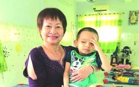 平西市場華人商販應氏蓮發起社會慈善活動,並於昨(27)日組團前往看望天福孤兒院。