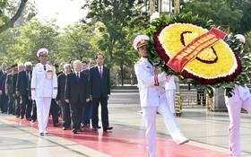 值胡志明主席誕辰128週年(1890.5.19-2018.5.19)紀念,黨、國家、越南祖國陣線委員會各位領導,於昨(18)日上午前往晉謁胡志明主席陵,並敬獻花圈和上香緬懷各位英雄烈士。