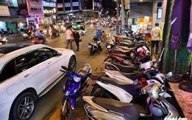 許多車輛佔用街道和人行道。