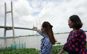 同塔省民眾站在高嶺市岸邊遙望高嶺橋。