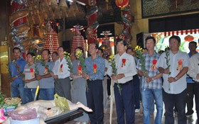 理事長黃偉峰、諸位理監事以及諸位榮任盂蘭節職守的代表出席並一起參拜,祈求風調雨順、國泰民安。