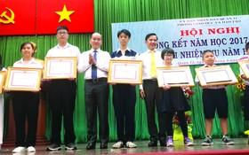 考取全市九年級華文科優秀生的華人學生 黃惠心(左二)獲獎勵。