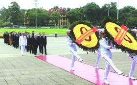 昨(31)日上午,黨中央執行委員會、國家主席、國會、政府總理、越南祖國陣線中央委員會代表團已前往晉謁胡志明主席陵敬獻鮮花。