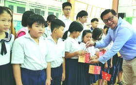 值一年一度的中秋節來臨,華人企業家、Sweet Home餅家總經理劉立政昨(14)日上午在潁川雙語學校舉辦向華人清貧優秀生贈送中秋月餅活動。