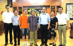 越香集團董事長杭慰瑤(左四)和山東建邦 集團董事長陳箭(右三)與各代表合影。