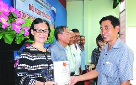 茶山慶雲南院代表接受獎狀。