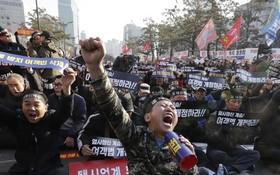 示威者佔據道路,呼叫口號。