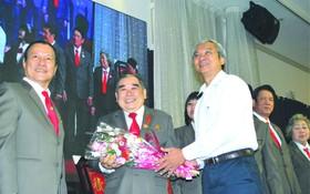 第五郡人委會主席范國輝向該會執委會 贈送鮮花。