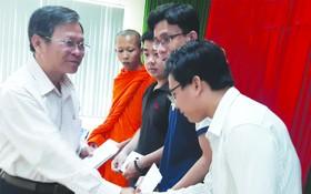 市民族處副主任曾錦榮向少數民族大學生頒發獎學金。