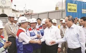 阮春福總理看望濱城-仙泉地鐵1號線工地人員。