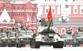 二戰主力T-34坦克引導軍車入場。