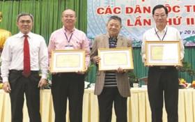 市民族處領導向高肇力(左二起)、 杭慰瑤、周華邦頒發獎狀。