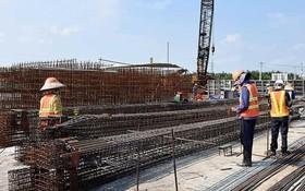 工人在10萬億元治水項目的蕉溝水渠工程上施工。