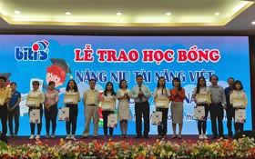 平仙公司總經理尤麗娟向優秀子弟頒發獎學金。