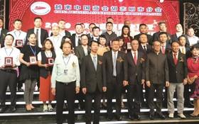 吳駿總領事(前排右四) 與新屆理監事合影。
