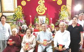 長者們領取祝壽紅包。