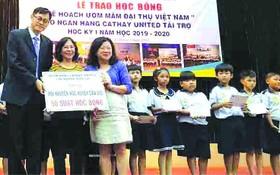 頒贈近千份獎學金予清貧學子