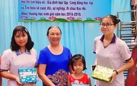 文麗儀大娘向街區的優秀生頒發獎品。