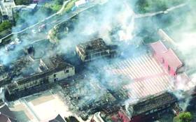 航拍燃燒中的首里城。
