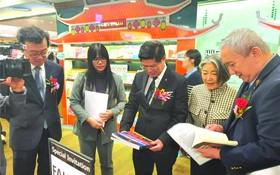 市書籍發行公司在韓國Kyobo Gwanghwamun書局開設的越南書籍攤位於昨(21)日正式投入活動,由該公司總經理范明順為首的代表團已前往參加書展開幕儀式。