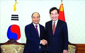 政府總理阮春福會見韓國國務總理李洛淵。