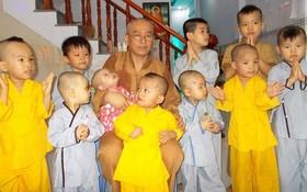 釋惠光上座與孤兒們合影。