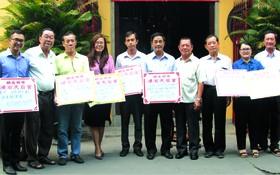 浸石天后宮理事長張敬和(右四)與諸位理事代表向各單位捐贈善款。