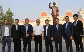 市人委會主席阮成鋒和男足主教練朴恒緒合影。