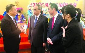 市委書記阮善仁(左二)與中國駐本市總領事吳駿(左三)和市中國商會會長趙騫(左一)交流。