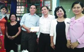 市領導代表團向華人退休幹部朱杞文(右四)贈送禮物。