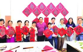 林漢城(左六)與學生們在團拜上留影。