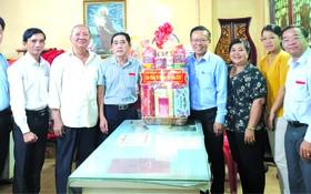 市委民運處主任阮友協(右四)贈送禮物給霞漳會館 及祝賀元宵節。