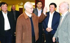 總書記、國家主席阮富仲與各代表交談。