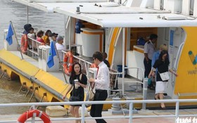 水上巴士上的乘客。