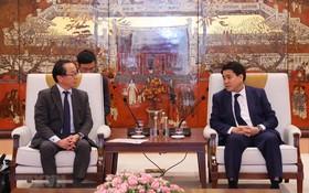 河內市人委會主席阮德鍾昨(20)日,與JICA (日本國際合作機關)駐越辦公廳首席代表小中哲夫舉行會議