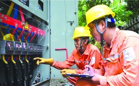 電力技術員檢查設備。