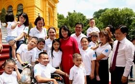 國家副主席鄧氏玉盛在主席府接見參加2020年模範年輕家庭表彰活動的代表團。