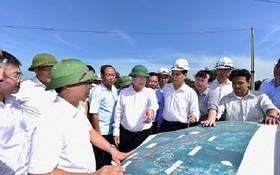政府副總理鄭廷勇考察東面北-南高速公路現場。