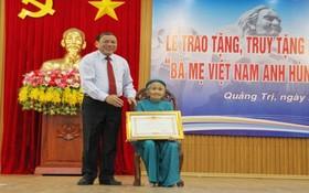 """廣治省向在抗戰中有多名烈士的家庭隆重舉行頒授、追授""""越南英雄母親""""稱號及獨立勳章的儀式。(圖源:互聯網)"""