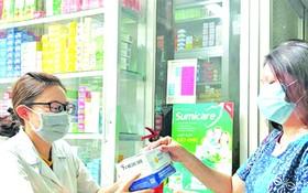 消費者在西藥房購買醫用口罩。