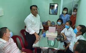 第十一郡郡委副書記、郡人委會主席 陳飛龍看望與移交溫情屋給華人貧困家庭。