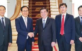 黨中央委員、市人委會主席阮成鋒日前會見越南三星組合總經理崔周湖。
