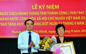市各民族文學藝術協會主席劉金華 榮獲55年黨齡紀念章。