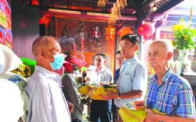 霞漳會館理事向清貧戶派發盂蘭節禮物。