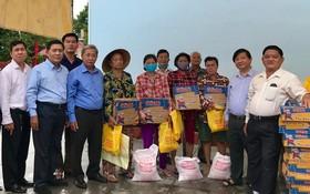 崇正會館與慈善會館各負責人向窮人發送禮物。