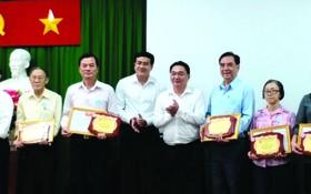 人民藝人張漢明(左一),華人幹部王沛川 (左二)、朱杞文(右三)獲表彰。