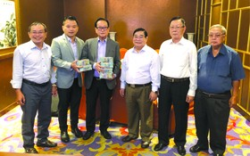 萬盛發集團代表張豐裕(左三)向 二府會館和建築商移交第二期捐款。