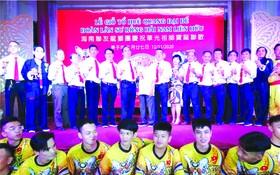 海南聯友龍獅團第卅九屆理事會成員 向來賓致謝。