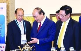 李玉明先生(左)向政府總理阮春福介紹明隆特色產品。